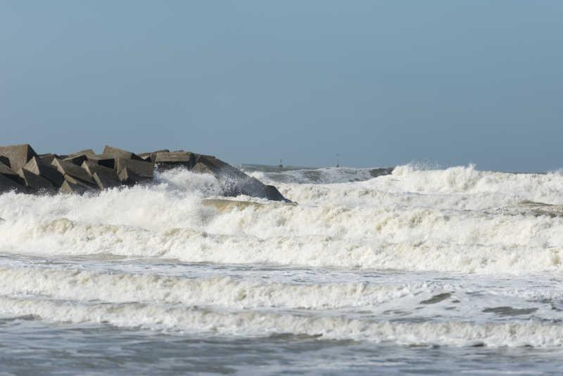 海边的岩石迎着海浪
