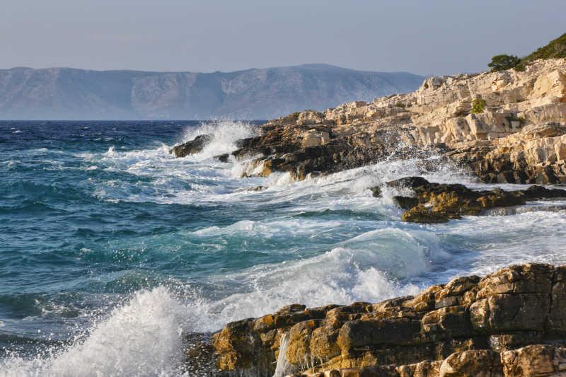 海浪拍打着岩石