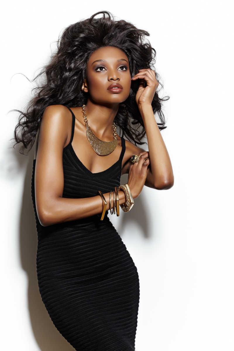 穿着吊带衣的黑人性感模特