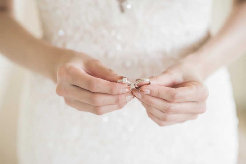 手拿着结婚对戒的新娘