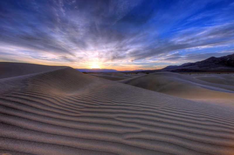 黎明阳光下著名的沙漠