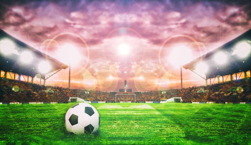 足球场的绿色草地上的足球