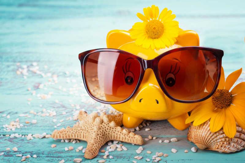 戴着太阳眼镜的黄色存钱罐