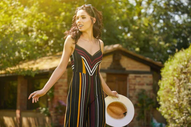 美丽的女人在意大利花园度假