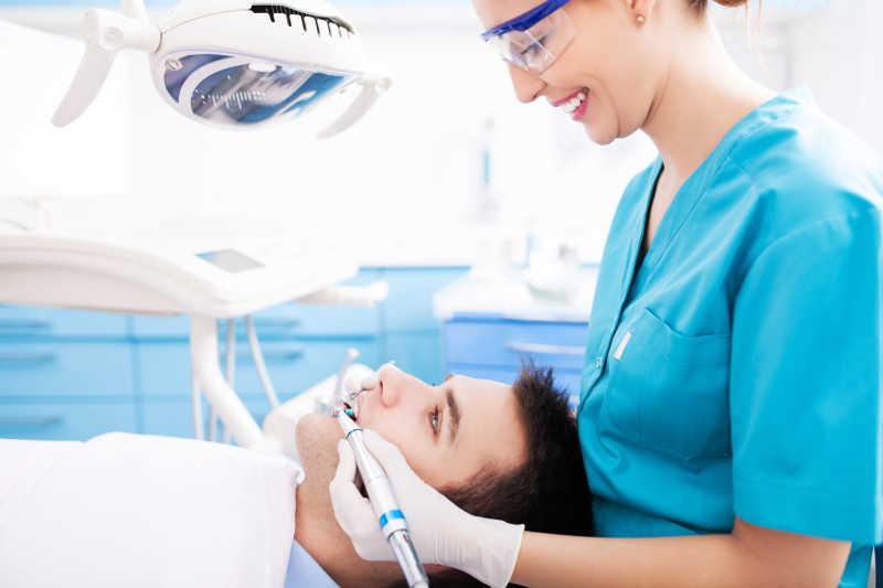 美女牙医检查牙齿