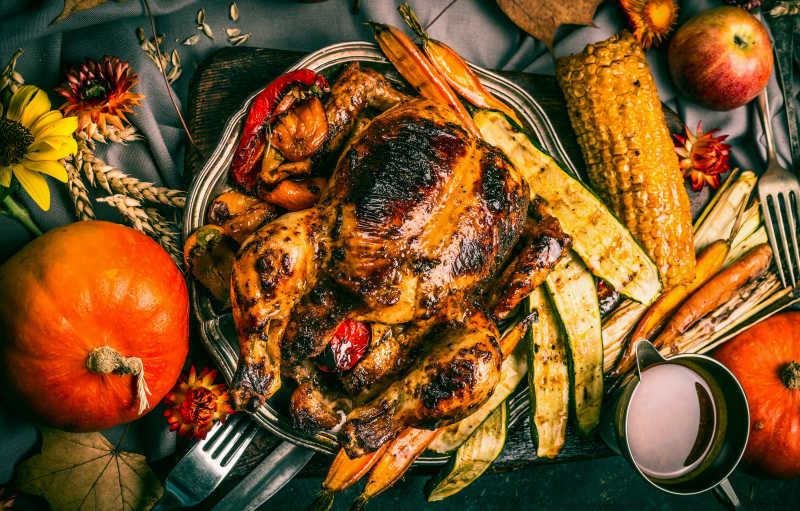 盘子里烤火鸡和南瓜