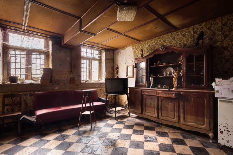 一个被放弃的破旧的房子内部