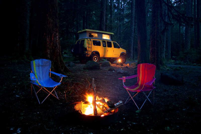 野外露营里的汽车椅子和篝火