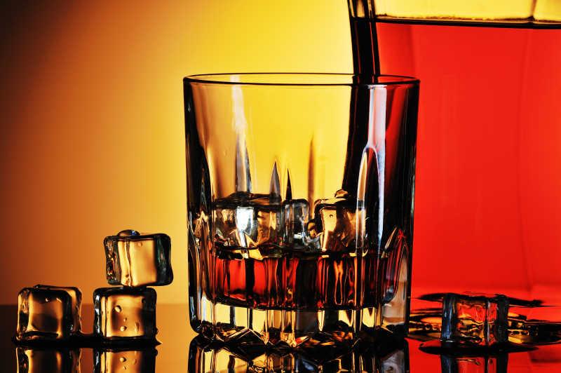 一杯加冰的黄色威士忌特写