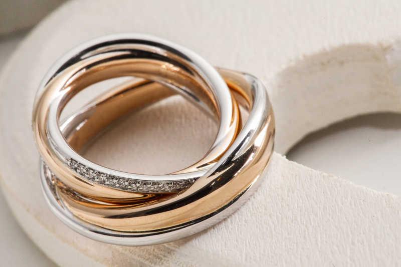 金色结婚对戒特写