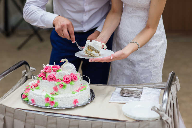新婚夫妇切蛋糕特写