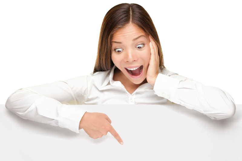 白色背景下的女性惊讶的指着空白横幅