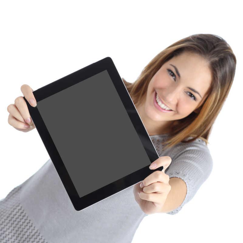 白色背景下的手拿平板电脑开心的笑着