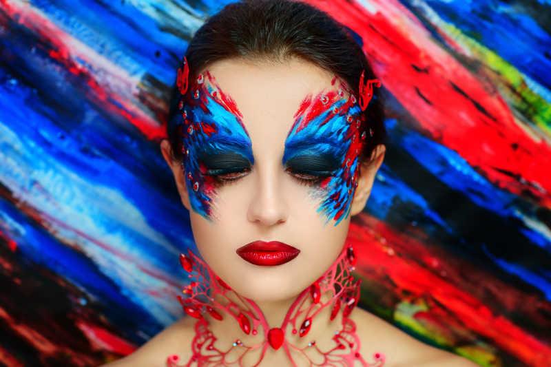 红色和蓝色的蝴蝶式彩妆