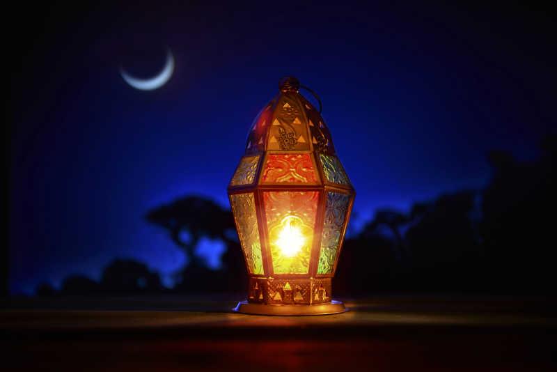 蓝色的夜空下的散发灯光的灯具