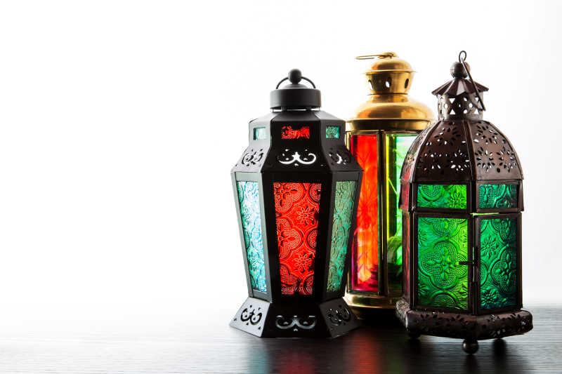 白色背景上的阿拉伯灯具