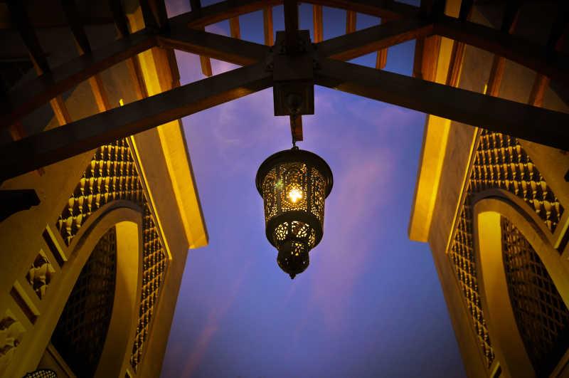 阿拉伯巨大的木制拱门上挂着灯笼