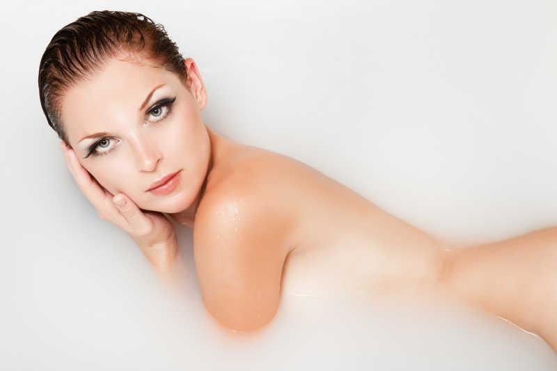躺在牛奶浴里的性感美女