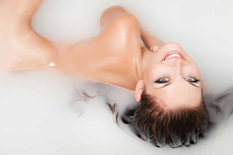 躺在由牛奶和蜂蜜组成的牛奶浴里美女