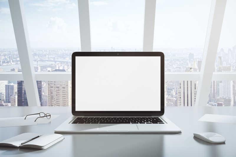 桌面上的空白页面笔记本电脑