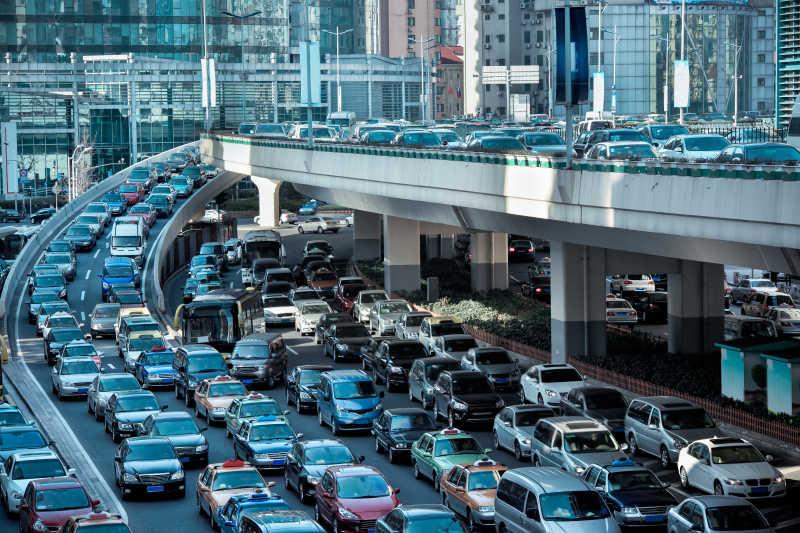 早上高峰时间的汽车堵塞