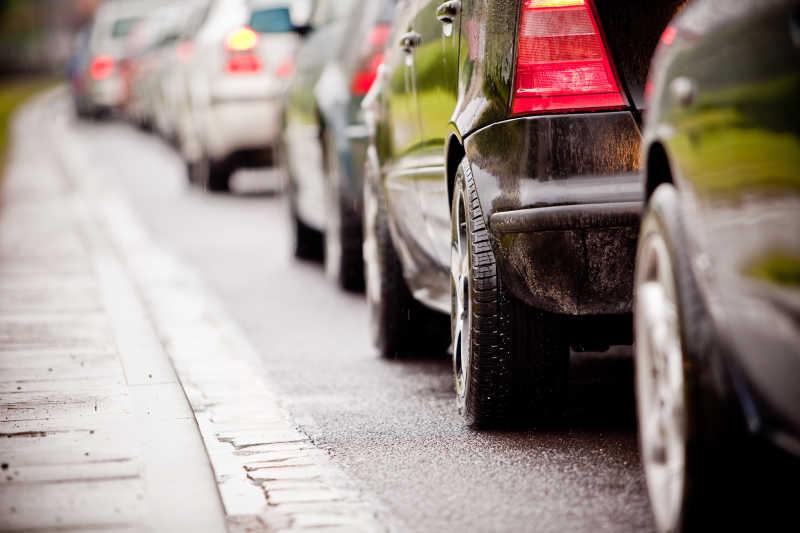 高峰时段一排排车辆的交通堵塞