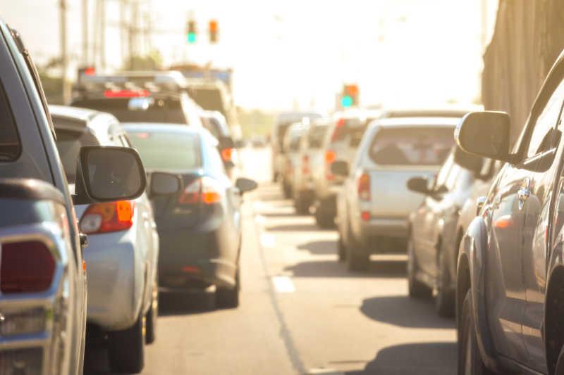 高峰时刻城市交通拥挤