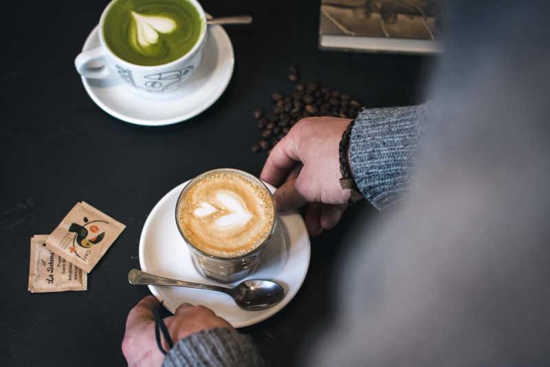 两杯艺术拉花咖啡特写
