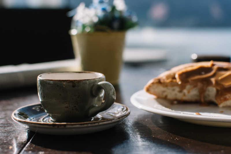 咖啡和面包侧面特写