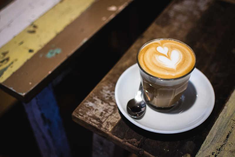双心形的艺术拉花咖啡