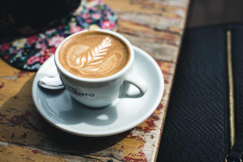 木桌上白色咖啡特写