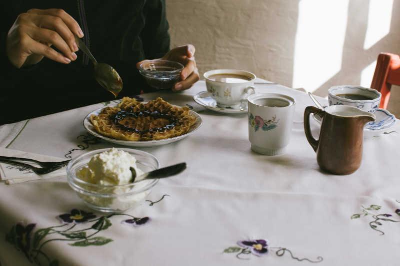 餐桌旁的咖啡和甜点