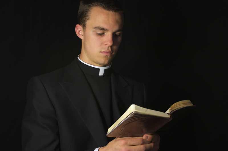 基督教牧师看着圣经