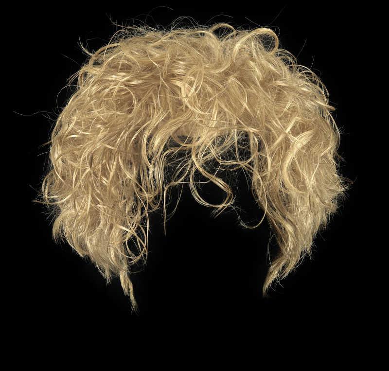 黑色背景下的金发女郎假发