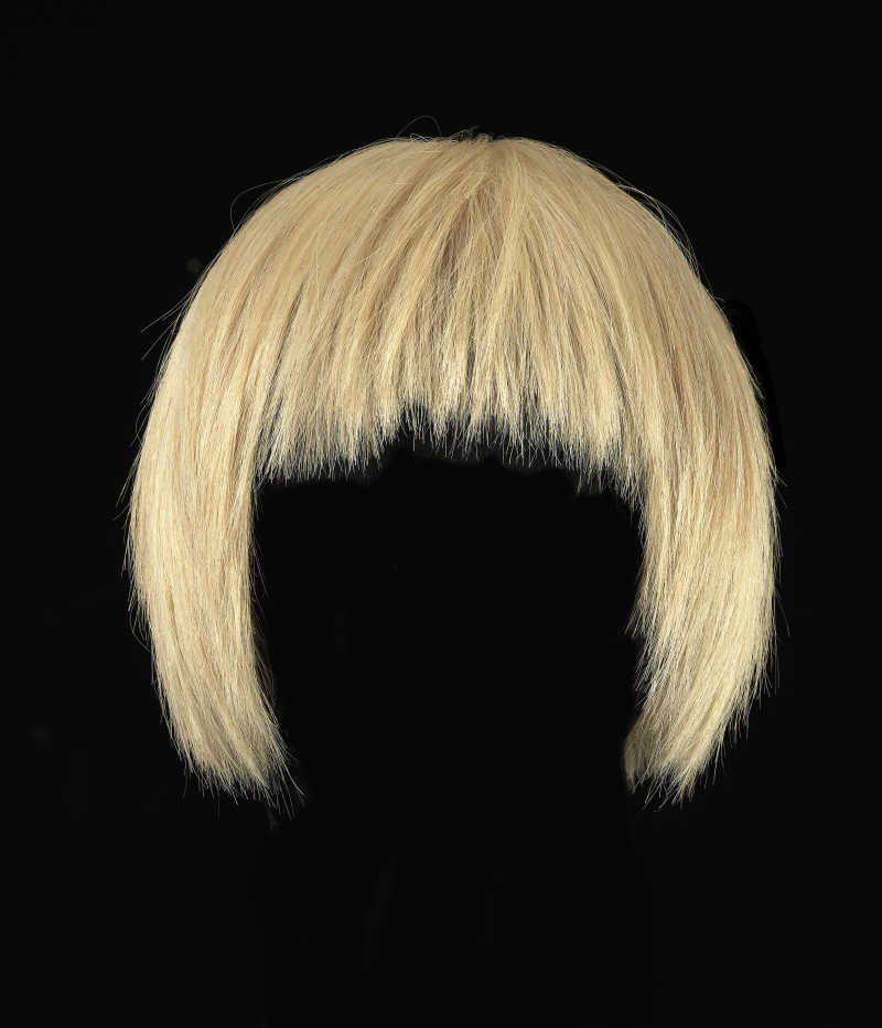 黑色背景上的金色假发