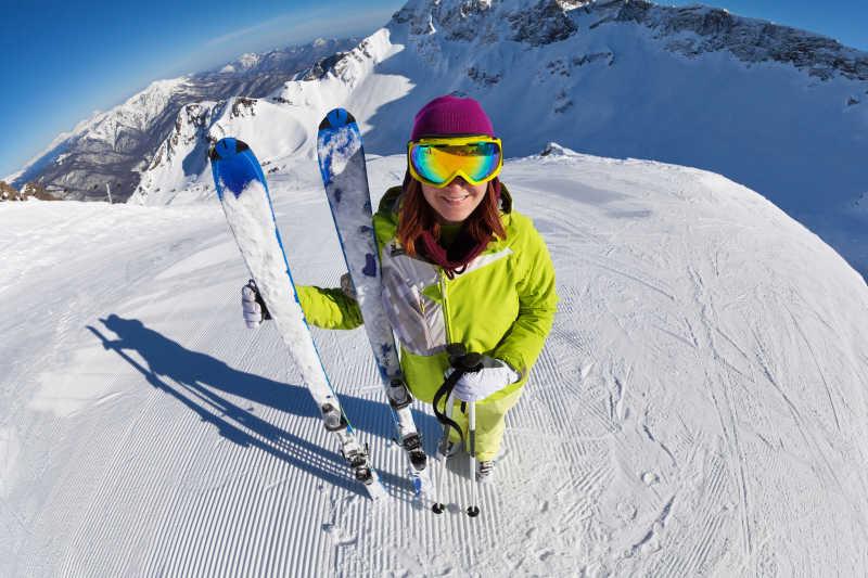 雪地里准备滑雪的年轻女孩