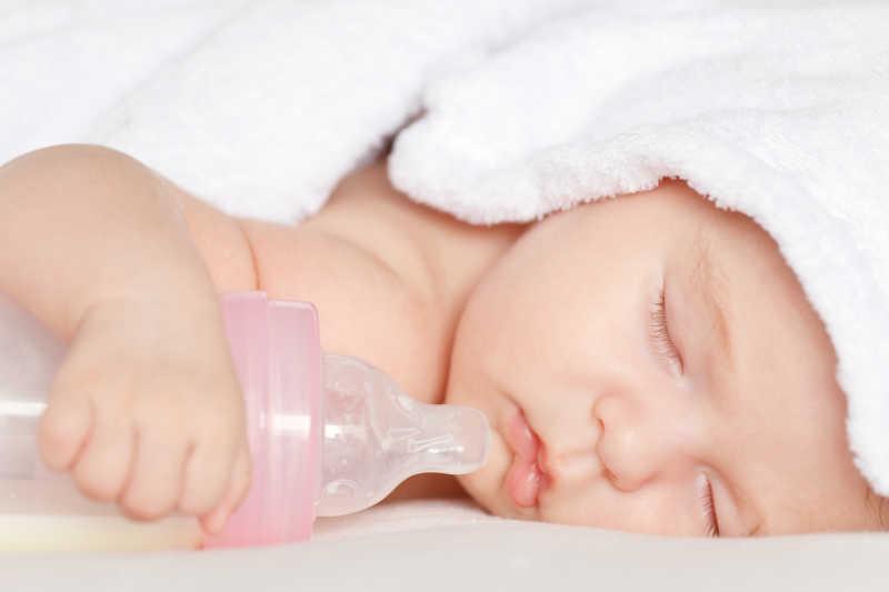 抱奶瓶睡着的可爱宝宝