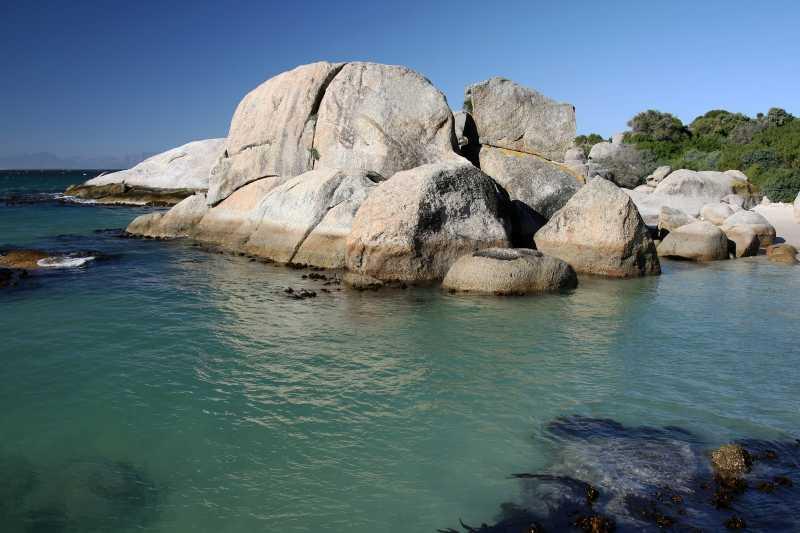 南非海岸的花岗岩圆石和绿松石海水