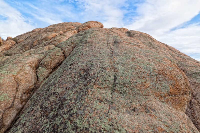 戴尔众多的花岗岩巨石