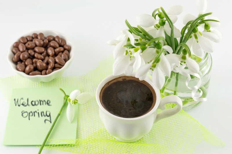 桌上的雪花莲和咖啡