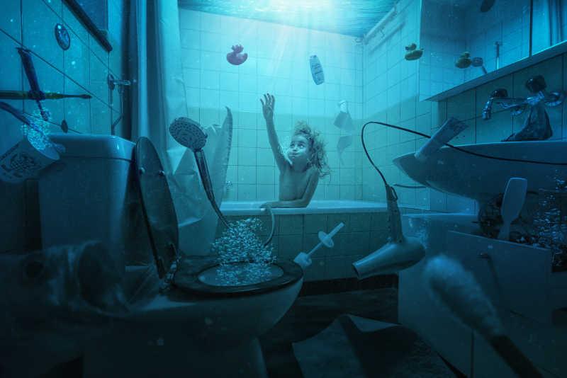 小女孩躺在浴室里仿佛躺在海底世界特写