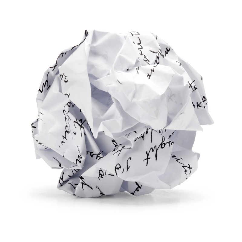 白色纸片揉成球的特写