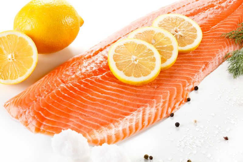 新鲜三文鱼柠檬和香料特写