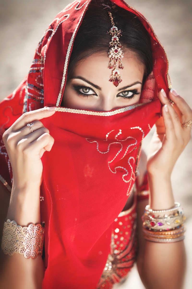 华丽的黑色新娘身着传统服装在印度