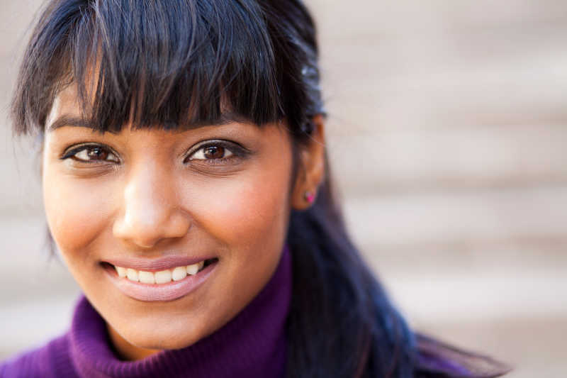年轻的印度女人面部特写