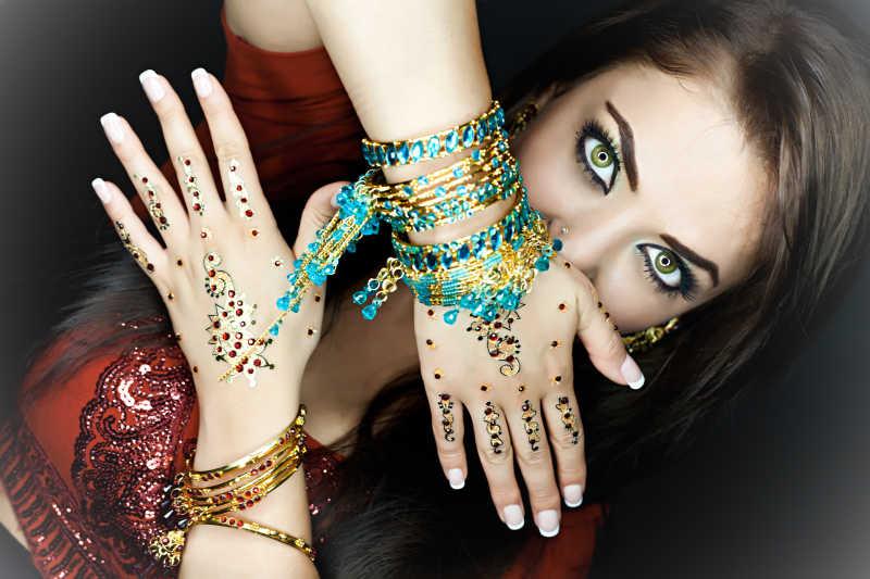 穿着传统服装的印度年轻女子