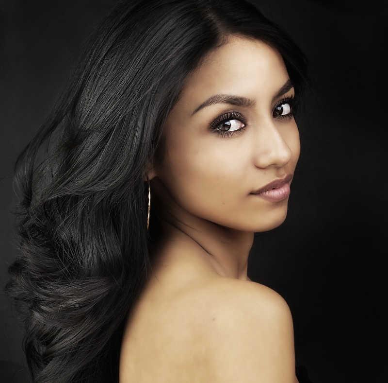 黑色背景上的印度美女