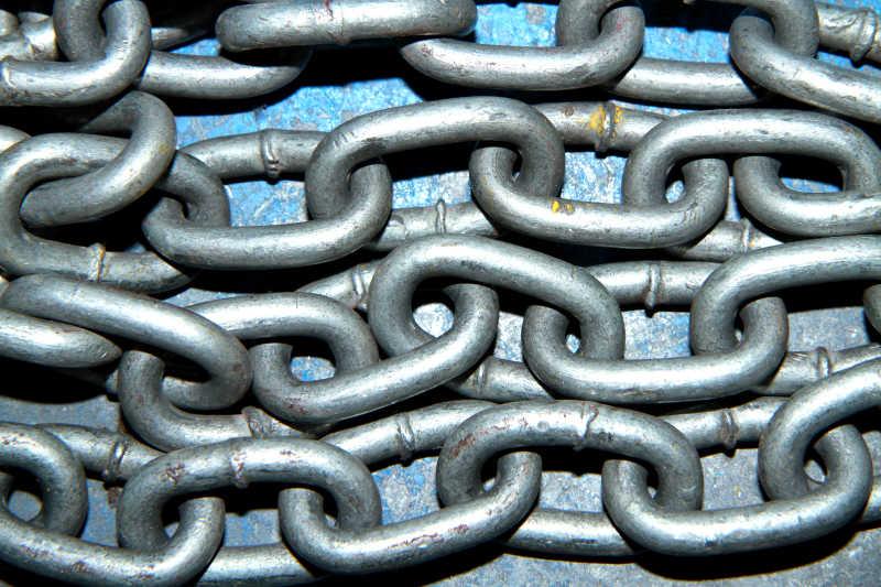 紧密链接的金属链条