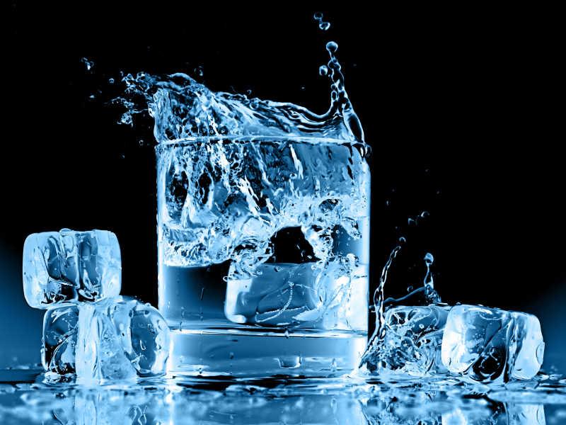 冰块贱入水杯中
