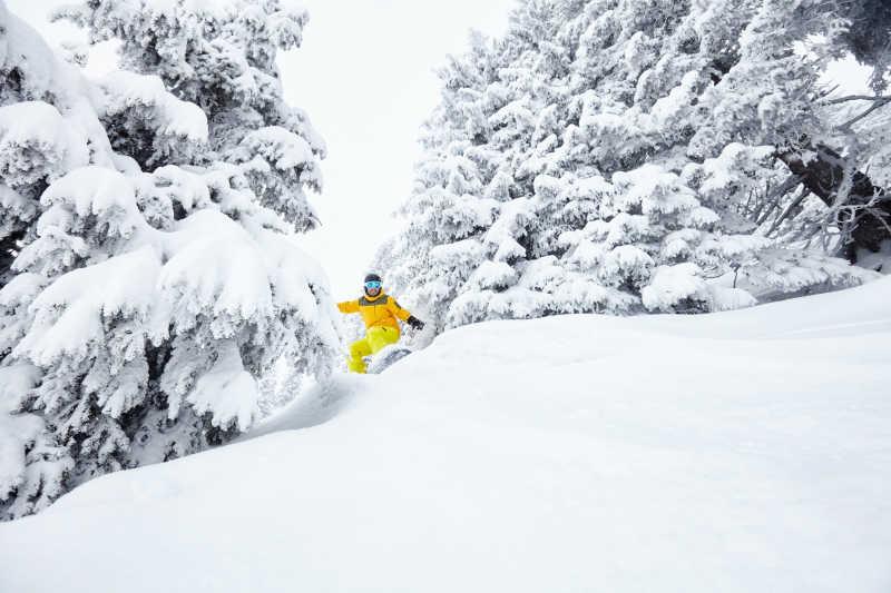 男性滑雪乐趣冬季的暴风雪中的阿尔卑斯极限运动